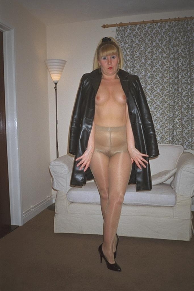 Reife Blondine nackt in Strumpfhose